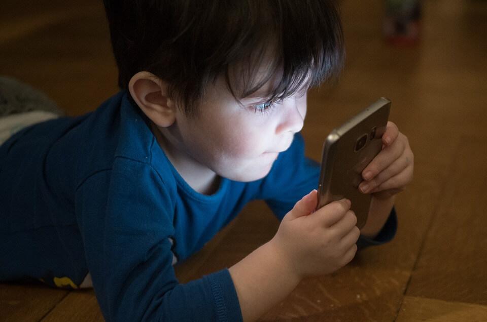 小朋友用手機 頸痛